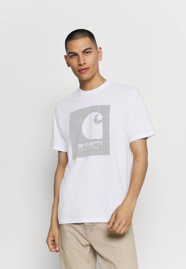 REFLECTIVE SQUARE  - Camiseta estampada - white/reflective grey