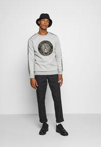 Glorious Gangsta - EMMUS - Sweatshirt - grey - 1