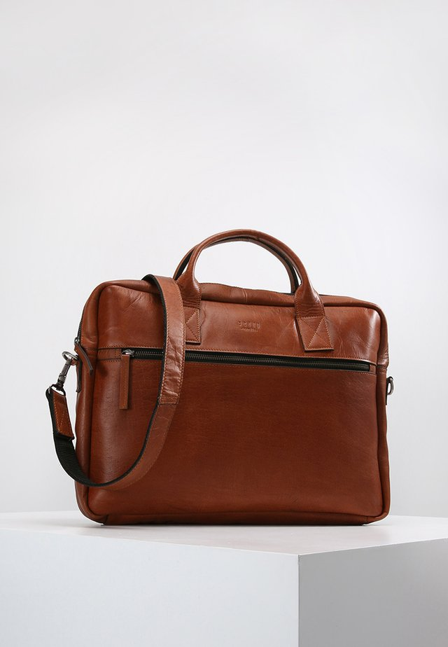 CLEAN BRIEF 1 ROOM - Salkku - cognac