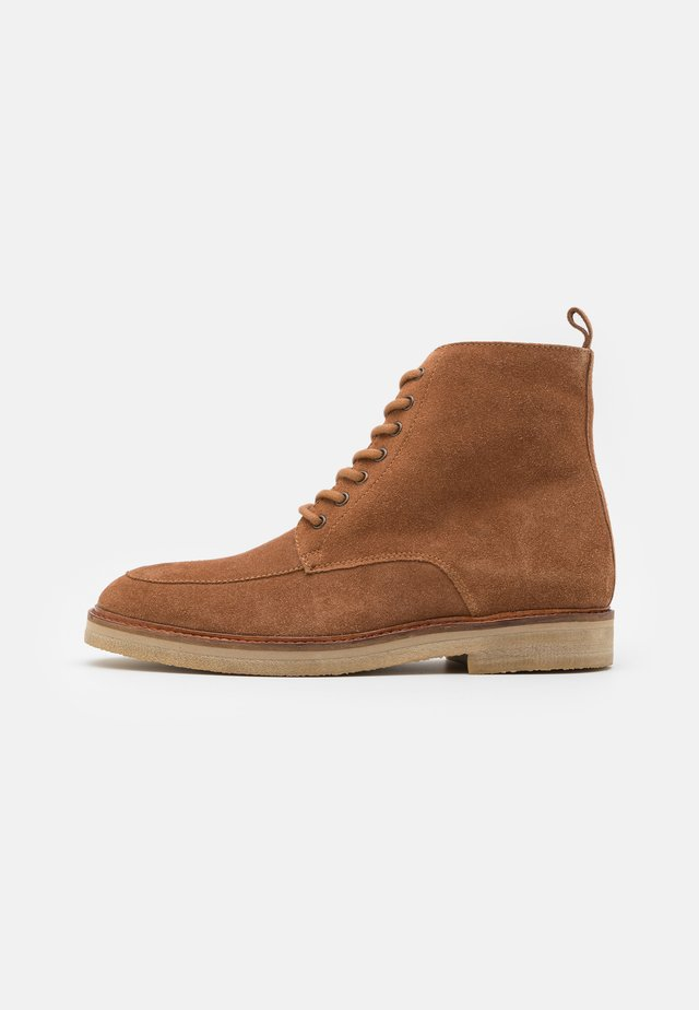 SLICK APRON BOOT - Bottines à lacets - tan