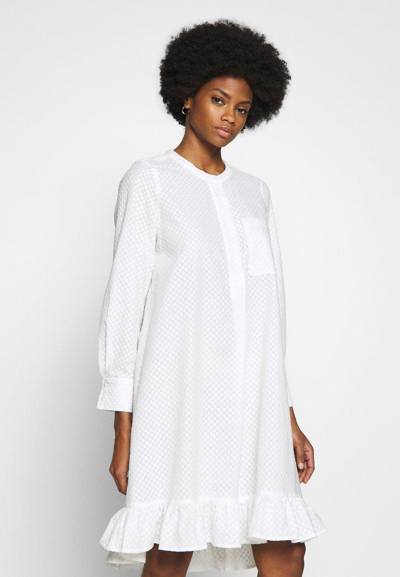 And Less - ALACEN DRESS - Skjortekjole - brilliant white