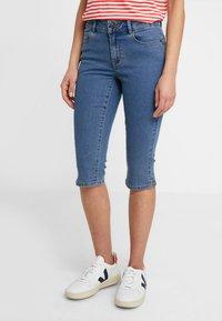 Vero Moda Petite - VMHOT SEVEN SLIT KNICKER - Denim shorts - medium blue denim - 0