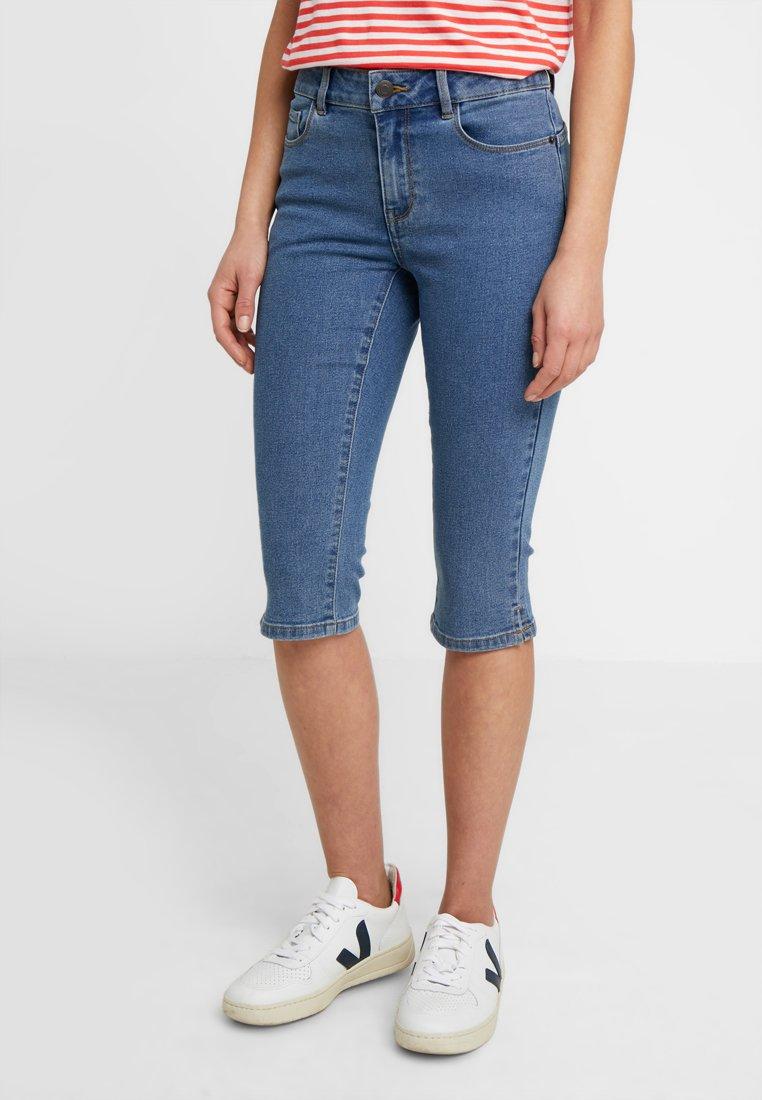 Vero Moda Petite - VMHOT SEVEN SLIT KNICKER - Denim shorts - medium blue denim