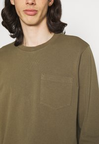 Nudie Jeans - RUDI - Langærmede T-shirts - army - 5