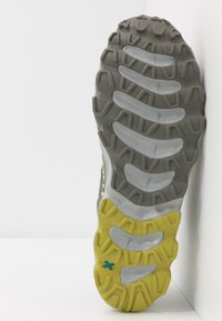 La Sportiva - HELIOS III - Trail running shoes - clay/citrus - 4