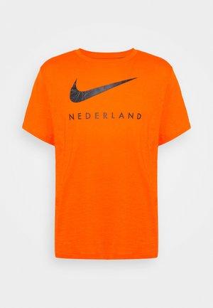 NIEDERLANDE TEE GROUND - Article de supporter - safety orange