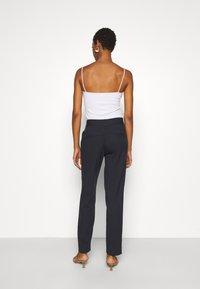 Selected Femme Tall - SLFRIA CROPPED PANT - Bukse - dark sapphire - 2