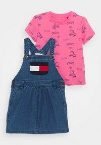 Tommy Hilfiger - BABY DUNGAREE DRESS SET - Robe en jean - denim medium - 0