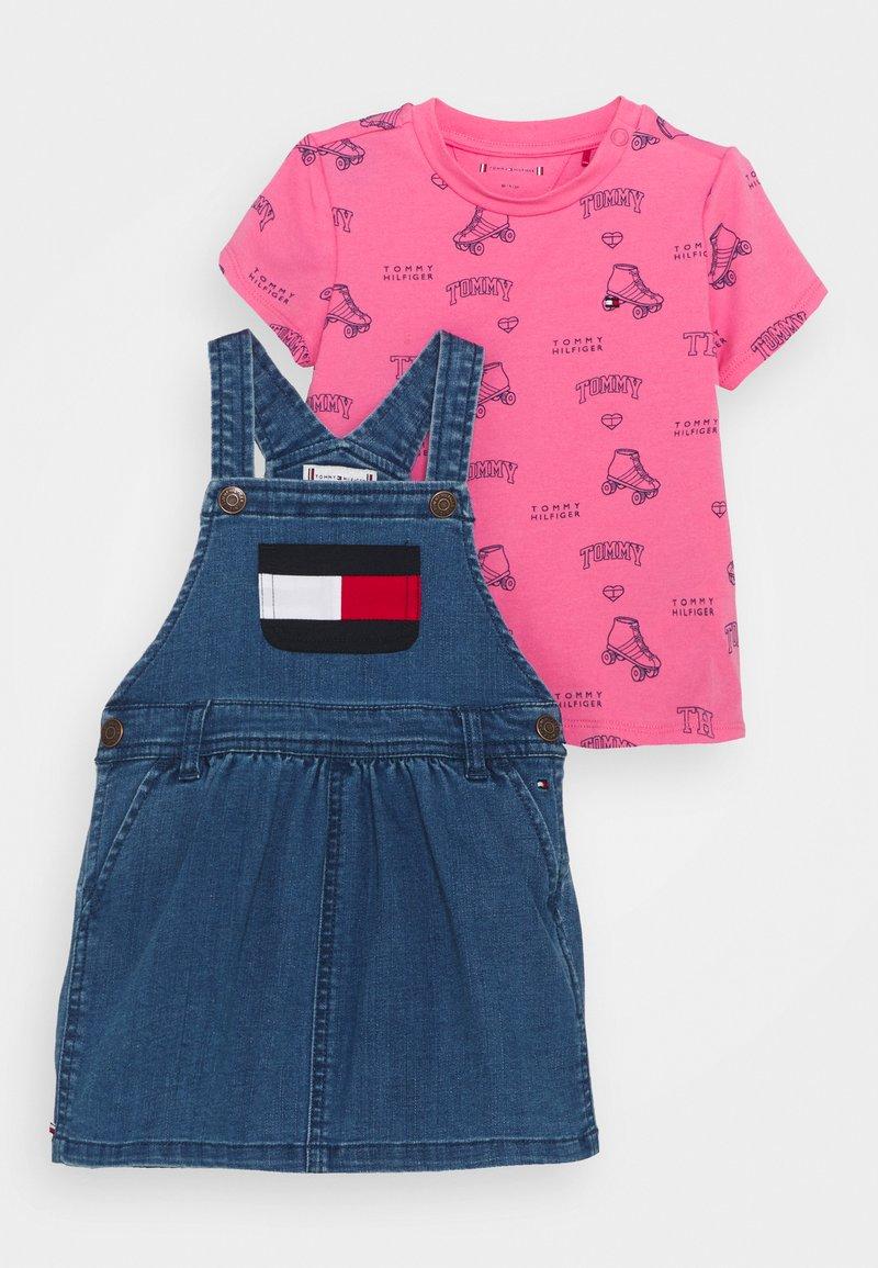 Tommy Hilfiger - BABY DUNGAREE DRESS SET - Robe en jean - denim medium