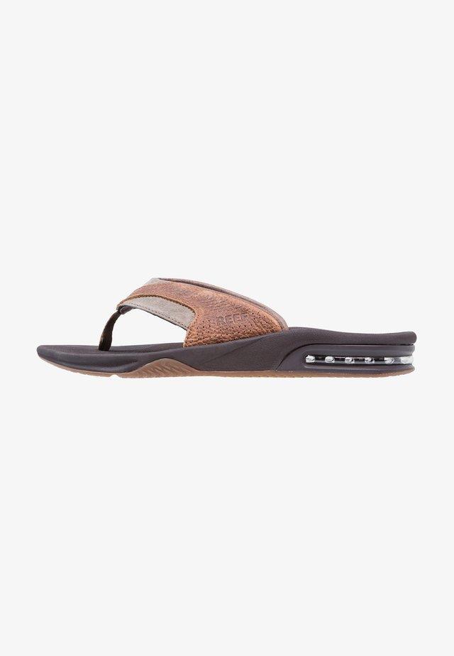 FANNING - Sandály s odděleným palcem - brown