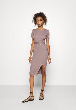 SELF BELT MIDAXI DRESS - Stickad klänning - brown