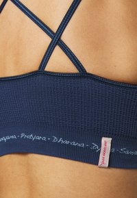 Yogasearcher - MATRIKA  - Light support sports bra - midnight - 5