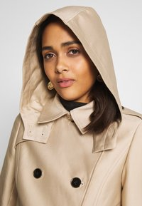 Morgan - GUSTAV - Trenchcoat - beige