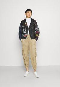 Desigual - PANT BABEL - Pantalon cargo - beige - 1