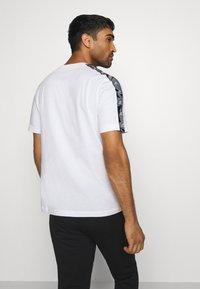 adidas Performance - ESSENTIALS TRAINING SPORTS SHORT SLEEVE TEE - Camiseta estampada - white/black - 2