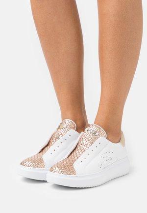 AGATA - Sneakers laag - cipria