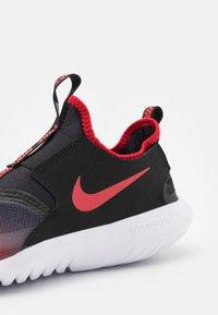 Nike Performance - FLEX RUNNER UNISEX - Neutrální běžecké boty - university red/black/white - 5