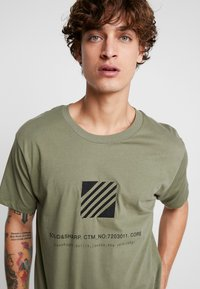 Jack & Jones - JCOSOLID TEE CREW NECK - T-shirt med print - winter moss - 3