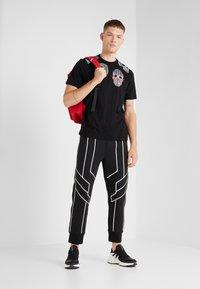 Neil Barrett BLACKBARRETT - 3D MESH SKULLS - T-shirt imprimé - black/white/red - 1