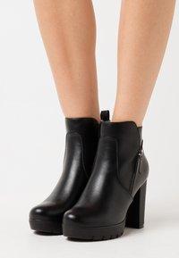 H.I.S - Kotníková obuv na vysokém podpatku - black - 0