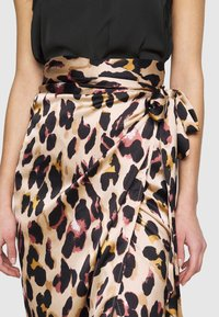 Never Fully Dressed Tall - ARTIST PRINT JASPRE SKIRT - Wrap skirt - brown - 4