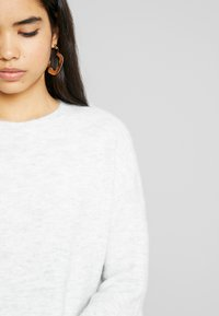 Vero Moda - VMBLAKELY IVA O NECK ZIPPER - Strikket kjole - light grey/snow - 4