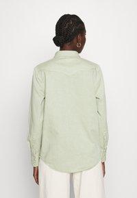 Wrangler - Skjorte - natural saige - 2