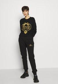 Versace Jeans Couture - LADY TROUSER - Teplákové kalhoty - nero - 1