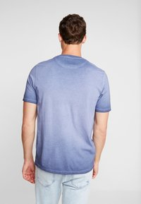 Lyle & Scott - OMBRE T-SHIRT - T-shirt med print - navy - 2