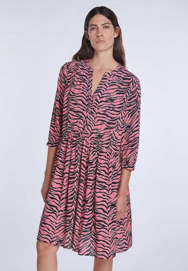 MIT ZEBRA-PRINT - Day dress - pink grey