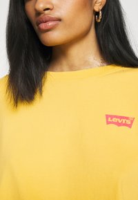 Levi's® - GRAPHIC OVERSIZE TEE - Long sleeved top - dark yellow - 5