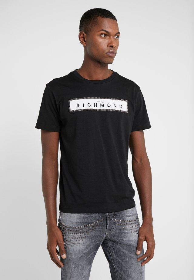 ZELYAEVA - T-shirt med print - black