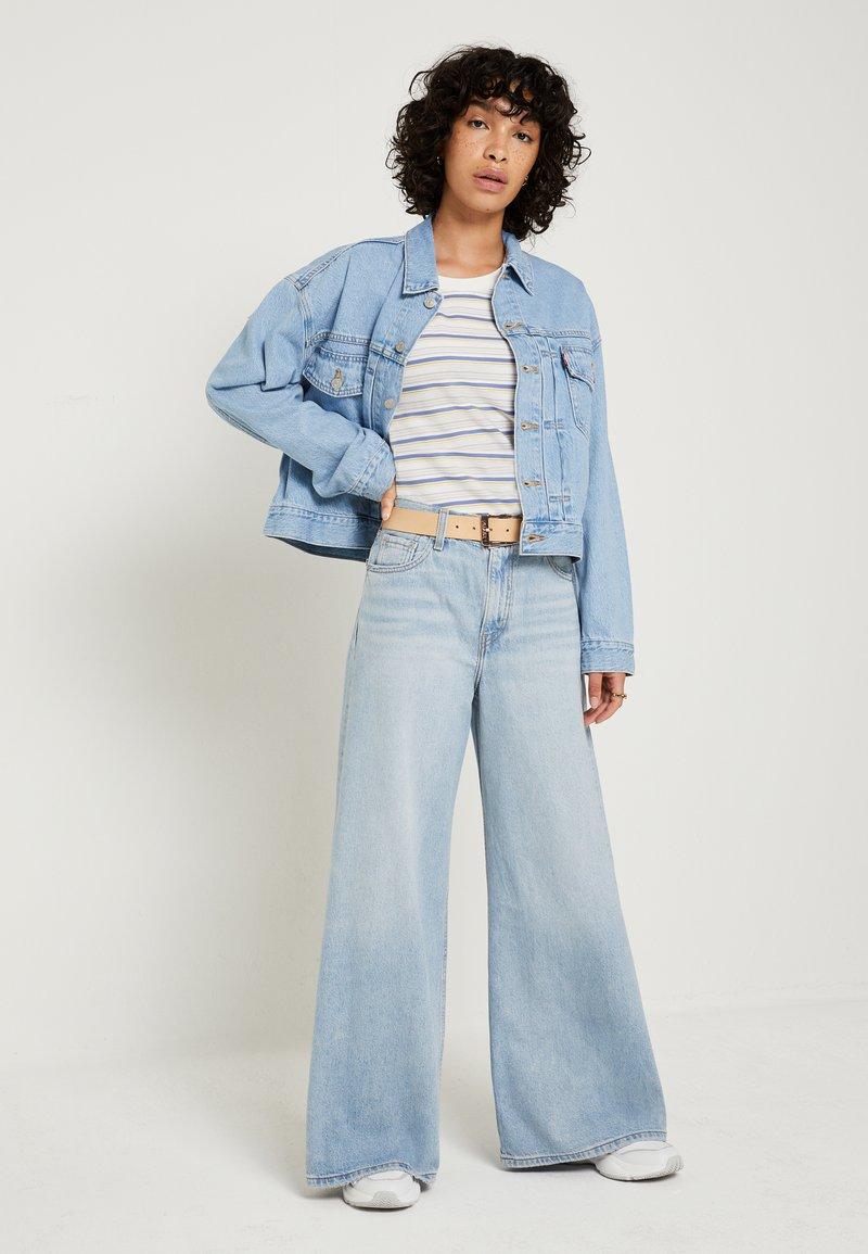 Levi's® LOOSE ULTRA WIDE LEG - Flared Jeans - middle road/light-blue denim UeeuIG