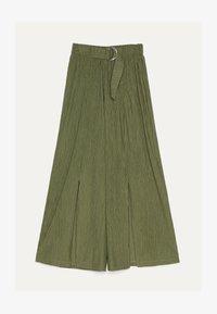 Bershka - MIT WEITEM BEIN - Pantalon classique - green - 4