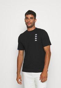 Kappa - JORN - T-shirt con stampa - caviar - 0