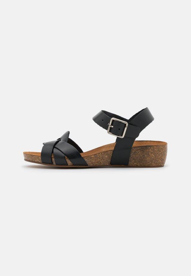 JADE - Sandalen met sleehak - black