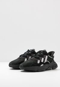 adidas Originals - OZWEEGO - Sneakersy niskie - core black/offwhite/legion purple - 4