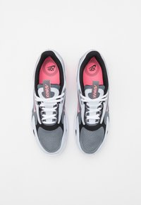 Nike Sportswear - AIR MAX BOLT UNISEX - Tenisky - smoke grey/sunset pulse/football grey/black - 3