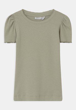 NMFKABEXI SLIM - T-shirt print - desert sage