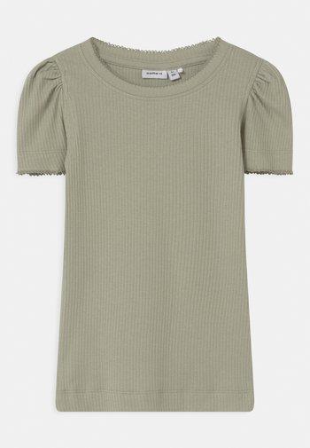 NMFKABEXI SLIM - Print T-shirt - desert sage