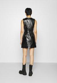 Calvin Klein Jeans - HIGH SHINE SHIFT DRESS - Sukienka letnia - black - 2