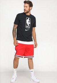 Nike Performance - CHICAGO BULLS NBA SWINGMAN SHORT ROAD - Short de sport - university red/white - 1
