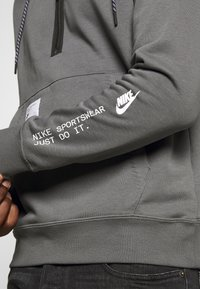 Nike Sportswear - HOODIE - Jersey con capucha - iron grey/black - 6