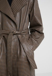 House of Dagmar - ALICIA CHECK - Trenchcoat - camel check - 5