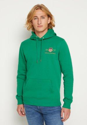 MEDIUM ARCHIVE SHIELD HOODIE - Sweatshirt - lavish green