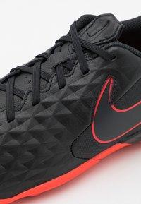 Nike Performance - TIEMPO LEGEND 8 ACADEMY TF - Voetbalschoenen voor kunstgras - black/dark smoke grey/chile red - 5