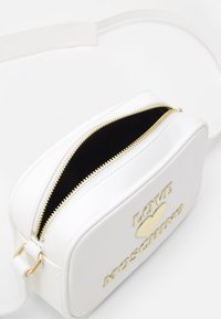 Love Moschino - Across body bag - bianco - 4
