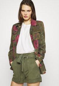 Guess - JANNA - Shorts - army sage - 3