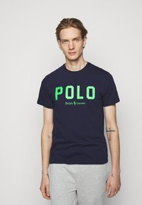 Polo Ralph Lauren - Triko s potiskem - french navy/neon green - 0