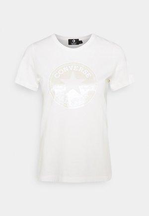 CREW CHUCK PATCH - T-shirt z nadrukiem - egret